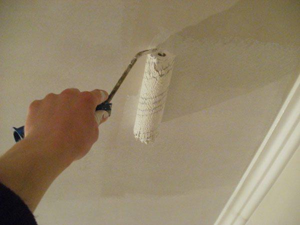 Окраска потолка на кухне
