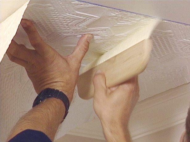 Еще один недорогой вариант выполнить ремонт кухонного потолка – это наклейка потолочных обоев.