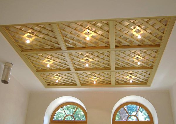 Решетчатый деревянный потолок – воздушность и утонченность дизайна