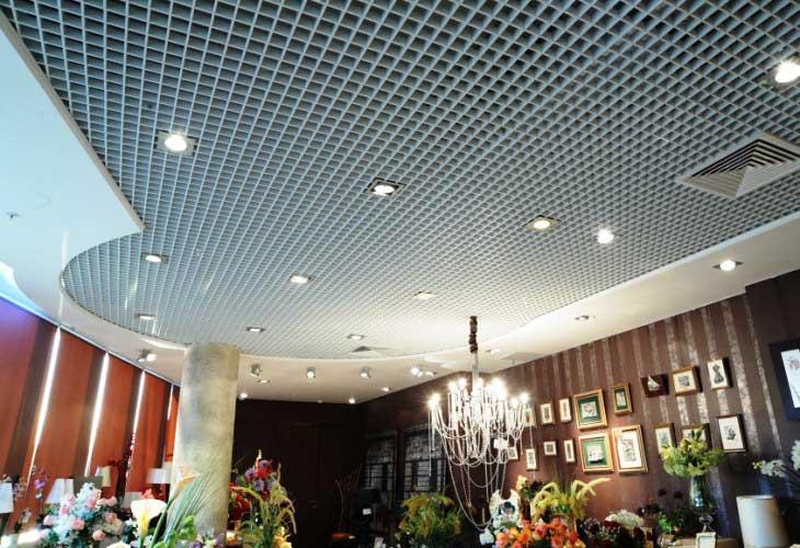 Грильято– подвесной потолок в виде решетки, давший новую перспективу в современном дизайне.