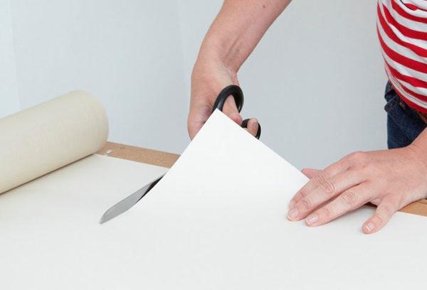 Резку можно проводить и ножницами, и ножом