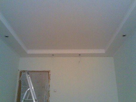 Как побелить потолок водоэмульсионной краской качественно и экономно