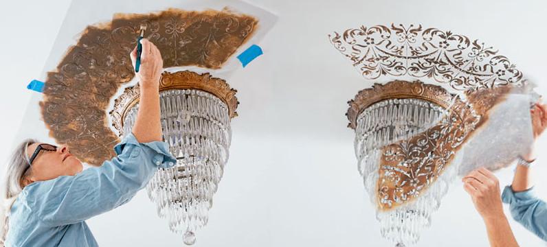С помощью обычного трафарета сделать рисунок на потолке своими руками легко и просто