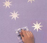 Резиновым штампом удобно делать одинаковые рисунки: стилизованные узоры из цветов, звезды, а также геометрические фигуры.