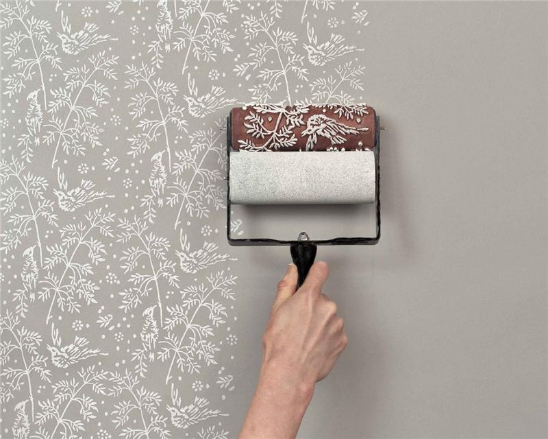 Очень просто рисунки накатываются на потолке специальным валиком с выпуклым рисунком.