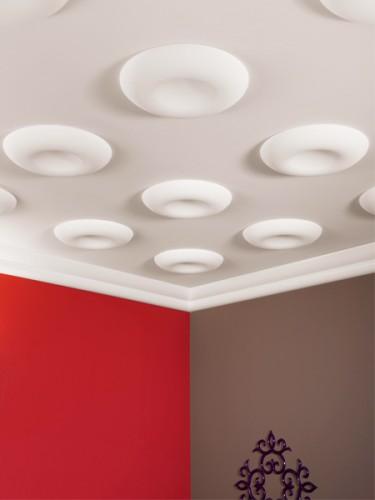 Декорирование потолка полиуретановыми розетками
