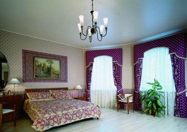 Сатиновые натяжные потолки в классических интерьерах выглядят весьма изящно и благородно