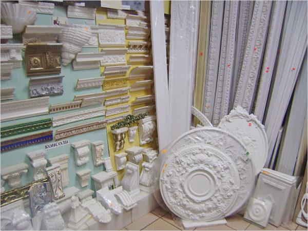 Сегодня на строительном рынке много декоративных элементов для потолка.
