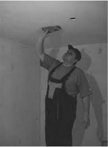 Шлифовка потолочной поверхности при помощи специальной терки