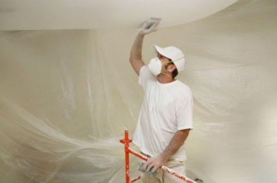 Ручная шлифовка потолочной поверхности
