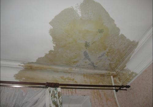 Последствия затопления. Потолок предстоит заново шпаклевать и красить.