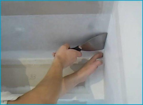 Шпателем нужно хорошо вдавить клей в материал