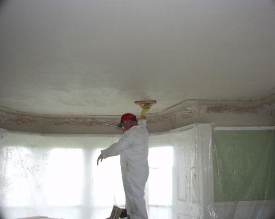 Внешний вид поверхности сильно зависит от освещения. Лучше шлифовать поверхность при дневном свете: тогда меньше риск пропустить неровности.