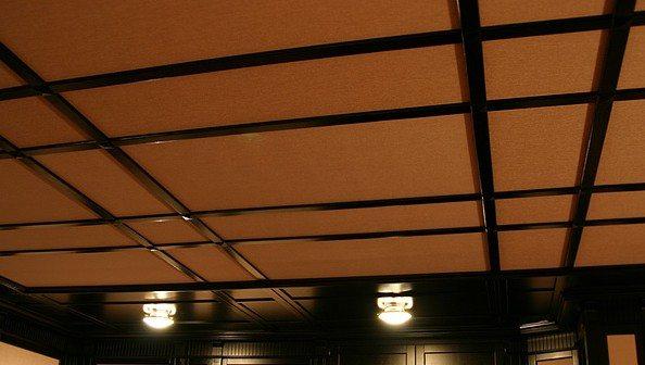Натяжные потолки на деревянный потолок - это растяжка и закрепление материала