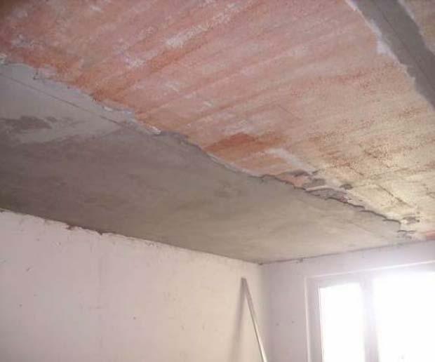 Штукатурка - по-прежнему популярный способ сделать потолок ровным.