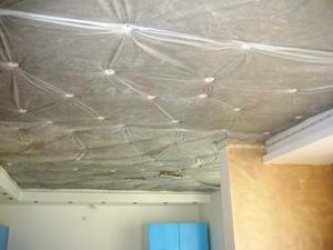 Шумоизоляционный материал закреплен на потолке анкерами-зонтиками