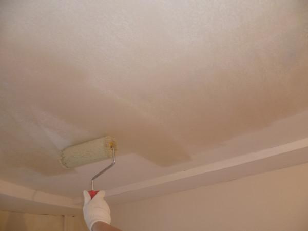 До того, чтобы сделать шумоизоляцию потолка, лучше всего загрунтовать поверхность