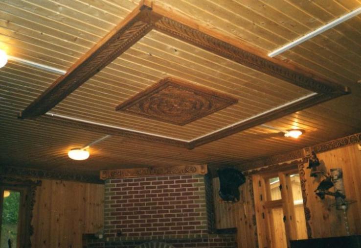 Уникальный рельефный потолок с резной вставкой по центру