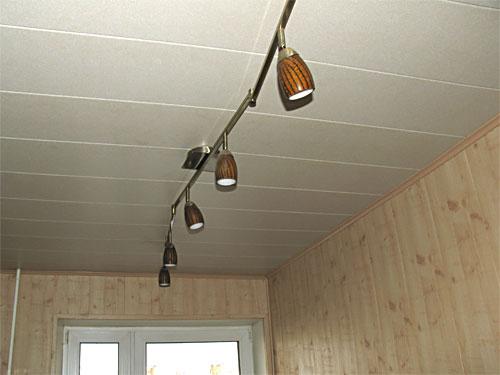 Швы более заметны, если они перпендикулярны падающему на потолок свету.