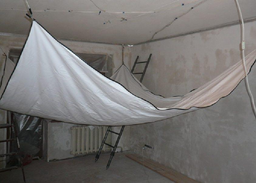 Когда между стенами и потолком прямые углы, натяжной потолок может расположиться на минимальном расстоянии от чернового.