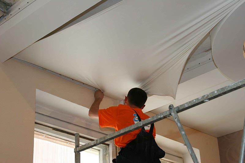 Комбинированные потолки эффектно выглядят, но требовательны к прочности профильного каркаса.