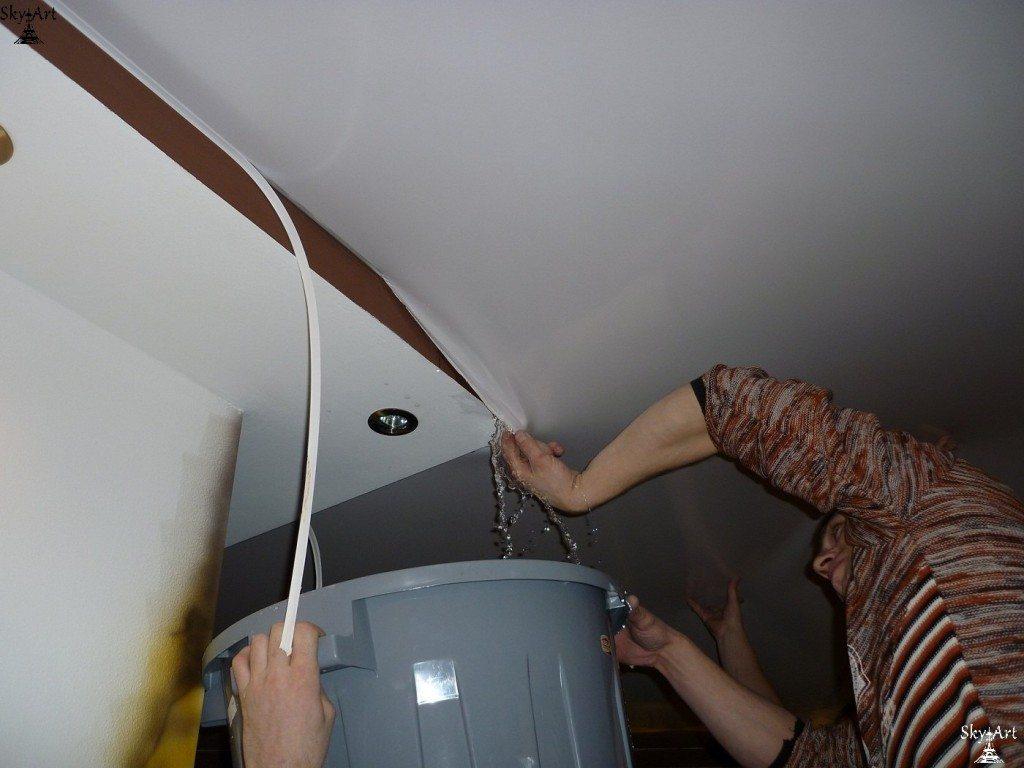 Как спустить воду с натяжного потолка через край