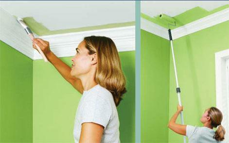 Сложные места на потолке аккуратнее будет окрасить кистью
