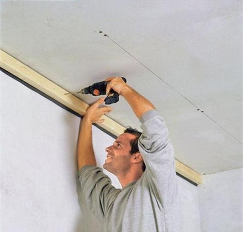 Сначала смонтируйте по периметру потолка брус шириной не меньше 5 см.