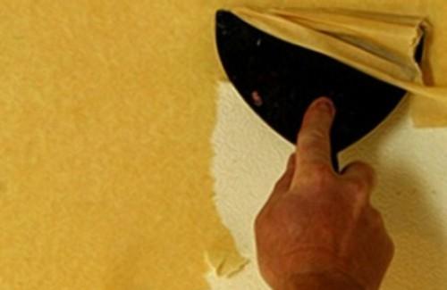 Снятие обоев с потолка