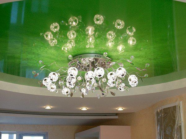 Сочетание глянцевой поверхности потолка с классической люстрой выглядит эффектно. Однако тип потолка накладывает на выбор светильника некоторые ограничения.