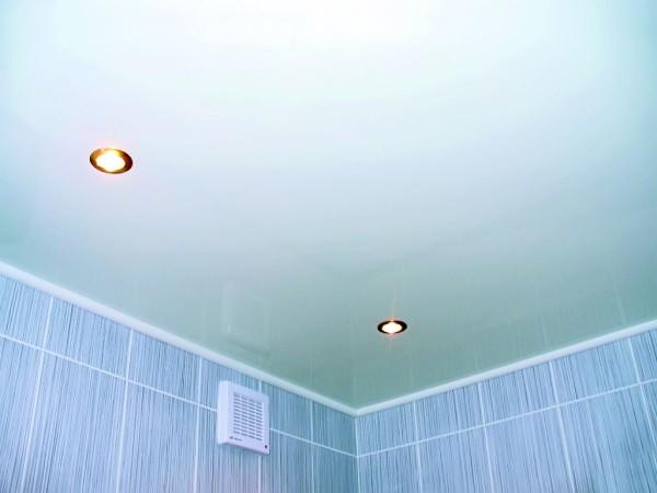 Голубой потолок в ванной – нестареющая классика