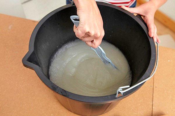 Состав тщательно перемешивается, чтобы клей полностью растворился в воде