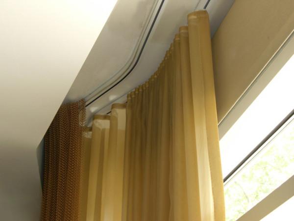 Специальная ниша для карниза, продуманная задолго до монтажа натяжного или гипсокартонного потолка