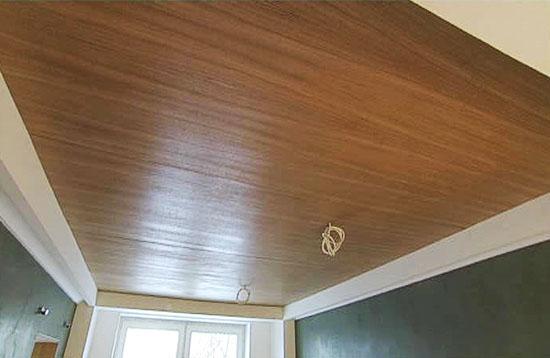 Сплошная отделка потолка МДФ панелями.