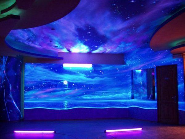 Стены и потолок, оклеенные флуоресцентными обоями.