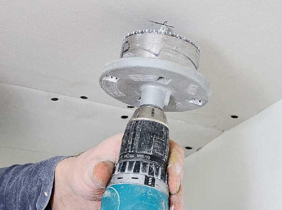 Сверление отверстия в гипсокартонном потолке под установку акустической системы