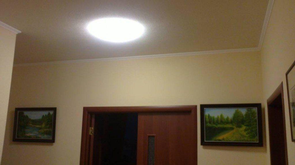 Для небольшого помещения достаточно одного круглого люминесцентного светильника с лампой высокой цветопередачи.