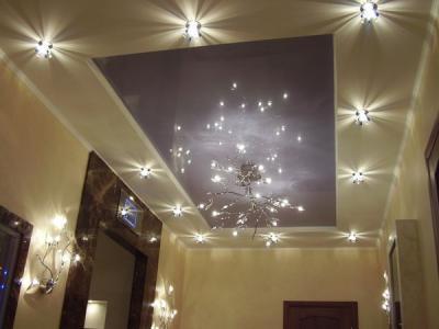 Такой светильник будет уместен как в гостиной, так и в большой прихожей