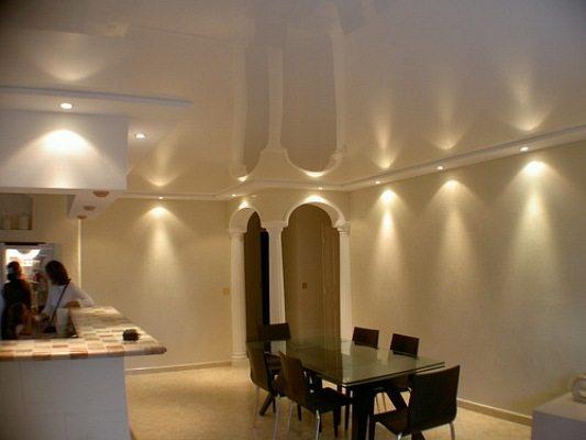 Освещение на натяжном потолке в кухне-столовой
