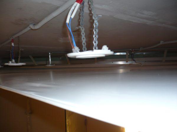 Светильники можно установить в пространстве между базовым и натяжным потолком.