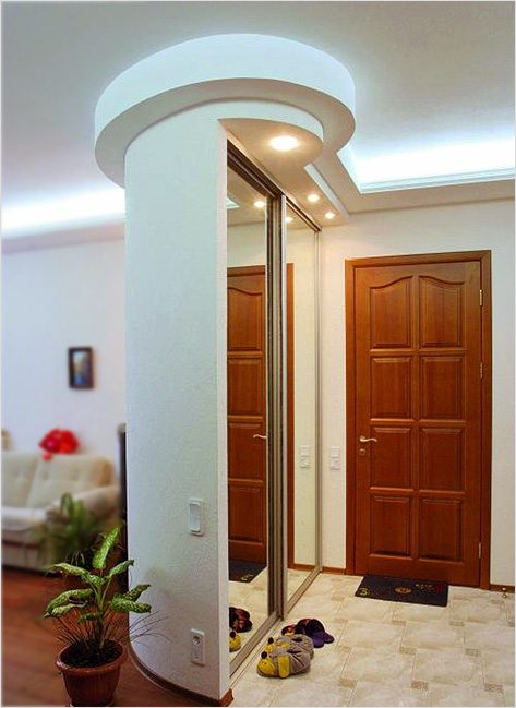 Потолочный карниз в коридоре со встроенной подсветкой