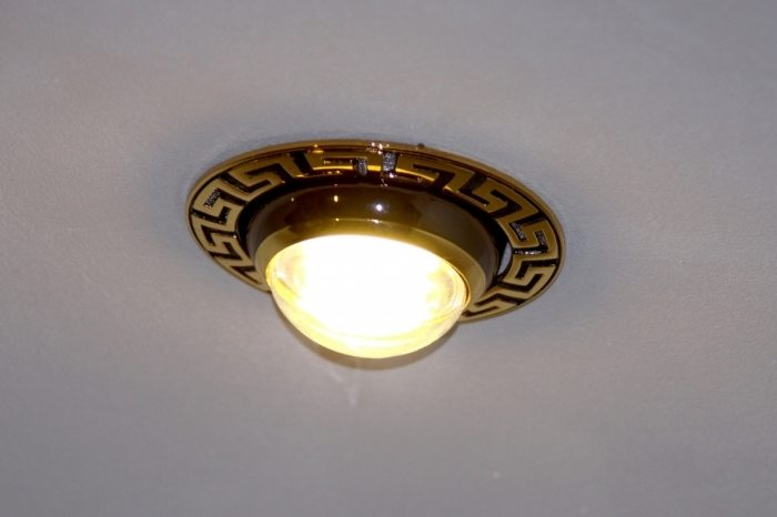 Оригинальный точечный светильник. Вполне может поддержать соответствующий дизайн кухонной мебели и остального помещения