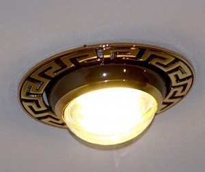 При использовании ламп накаливания предпочтительны выступающие за поверхность потолка светильники. Они эффективнее отводят тепло от лампы.