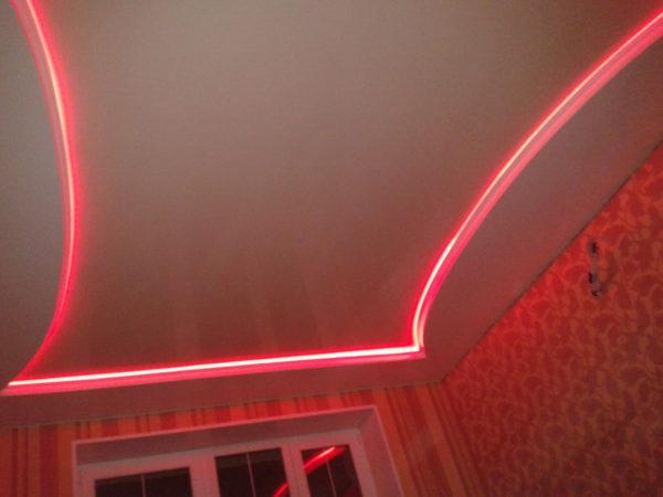 Светло-красные оттенки вполне уместны в спальне