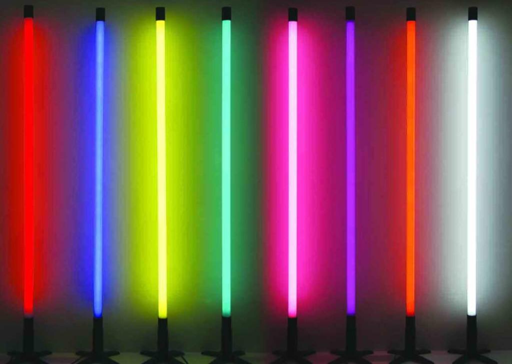 Разноцветные люминесцентные лампы для подсветки потолков