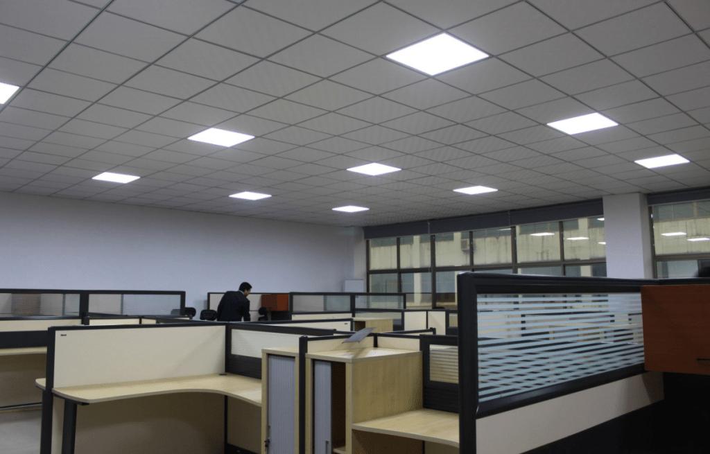 Световые панели, вмонтированные в потолок Армстронг