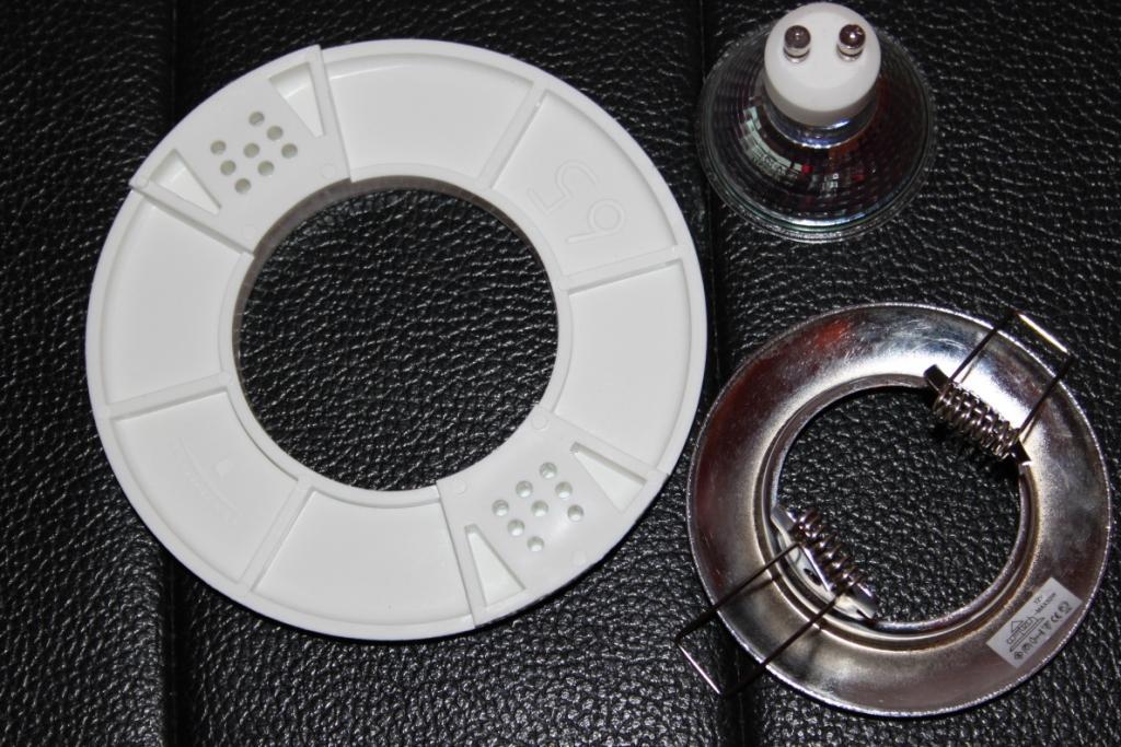 Пластиковое крепежное кольцо и светильник