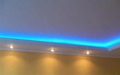 Потолок со встраиваемыми светильниками и светодиодной ленты