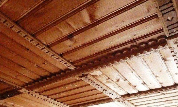 Такая неподражаемая отделка потолков в доме из дерева внесет в интерьер изысканность, гармонию и уют