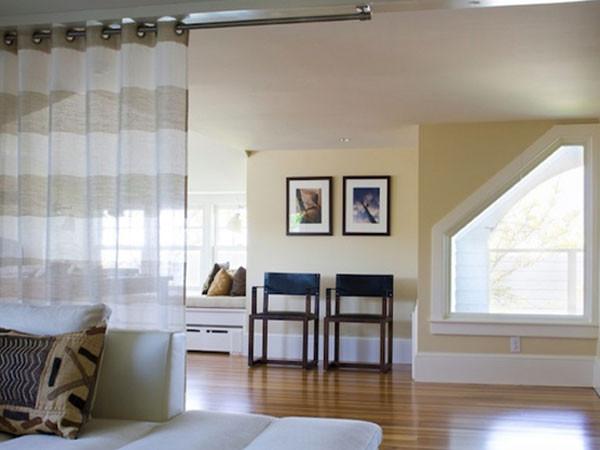 Такие карнизы часто используются для разделения шторами или японскими панелями двух разных функциональных зон
